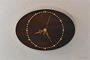ピンクのサンゴと金色の目盛りがかわいいローズウッドの掛け時計