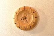 優しいフォルムのシンプルな掛け時計