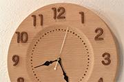 シンプルで清楚なブナの木の掛け時計